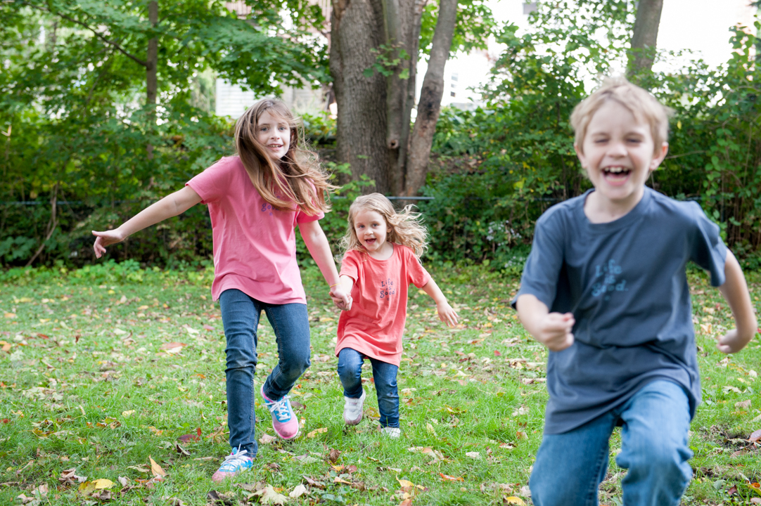 fun outdoor family photo kids running