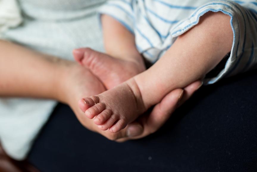 newborn baby feet photos at home